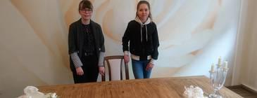 Lara Kuck und Maxie Wolf im Trauzimmer der Gemeinde Teutschenthal.  Quelle: Gemeinde Teutschenthal